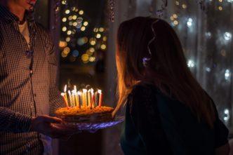 Torty to najczęściej podawane smakołyki na przyjęciach urodzinowych. Mogą być pojedyncze, duże lub mniejsze, też mogą być zbudowane z dwóch lub więcej pięter.